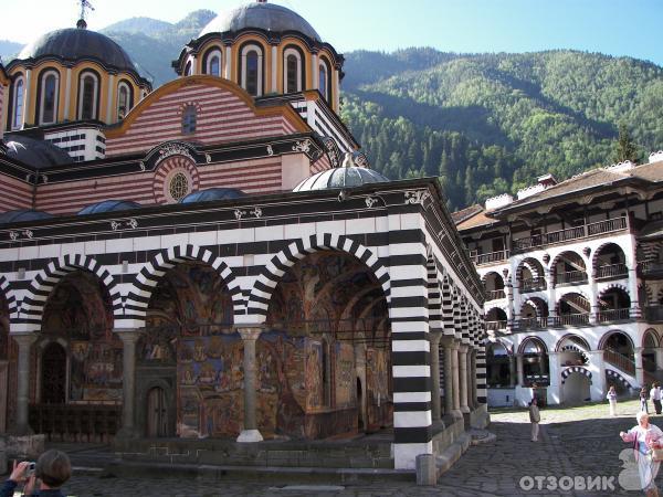 внутренний двор Рильского монастыря