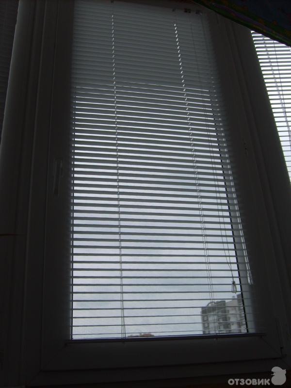 Горизонтальные жалюзи с креплением на створки пластикового окна фото.