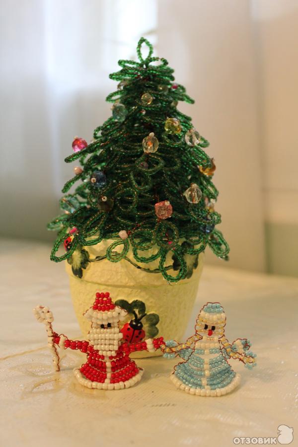Потом сделала елочку на Новый год и деда мороза и снегурочку маленькие из бисера.