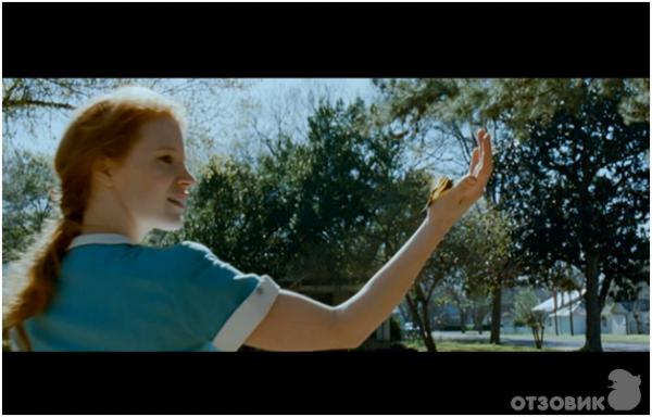 Дерево жизни - девушка в зеленый Топ и бабочка на руке.