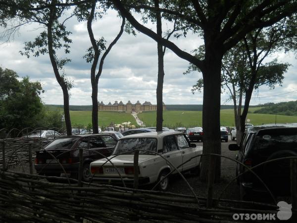 У парка есть стоянка.  Там было много машин и автобусов, из Орла, Воронежа, Липецка, Задонска, Ельца.