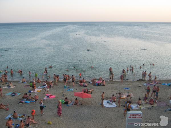 Развлечений немного. . Пляж не очень чистый. . Море чистое. . Кафе и рес