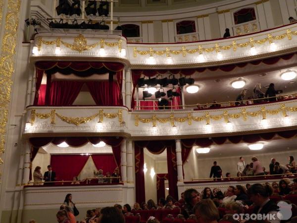 скрывает лицо фотосессия в оперном театре минск узор имел